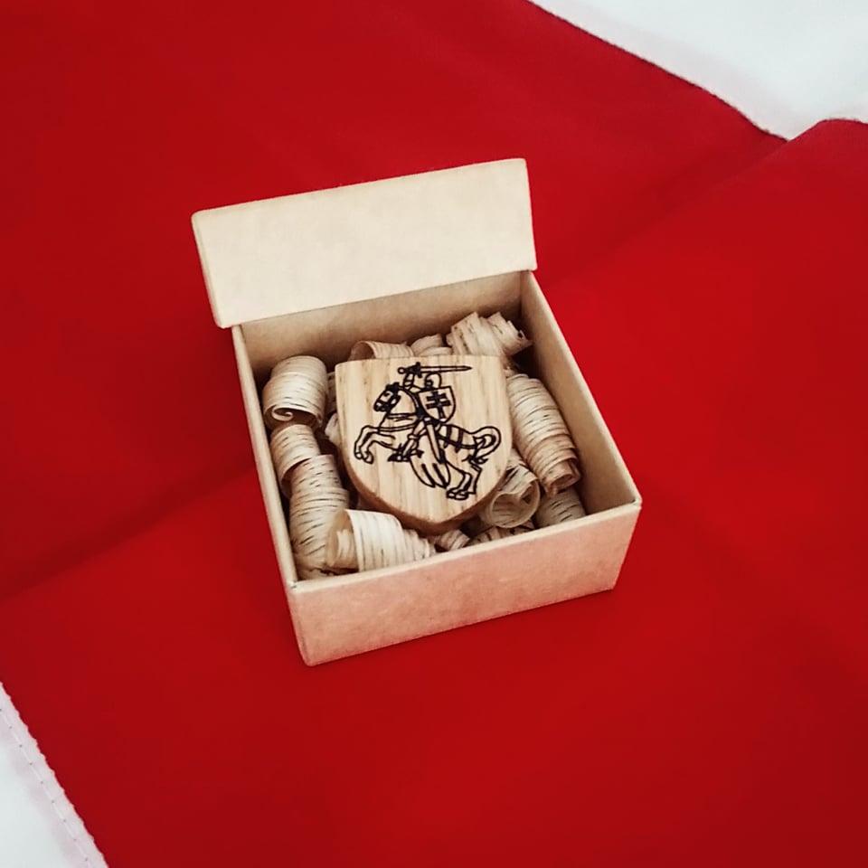 Брошка «Пагоня» з дрэва